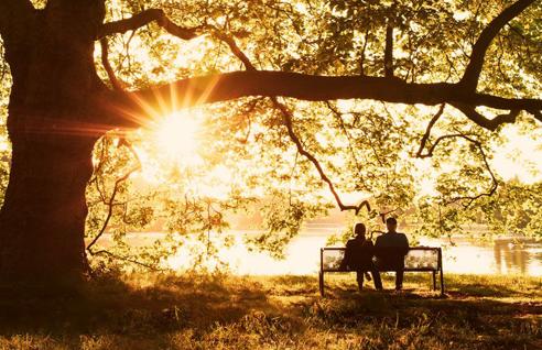Paar sitzt am See